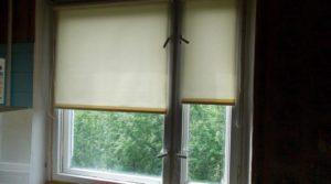 Рулонная штора на деревянном окне