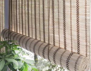 Светлые рулонные шторы из бамбука