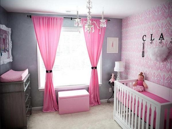 Розовые шторы на окне в комнате