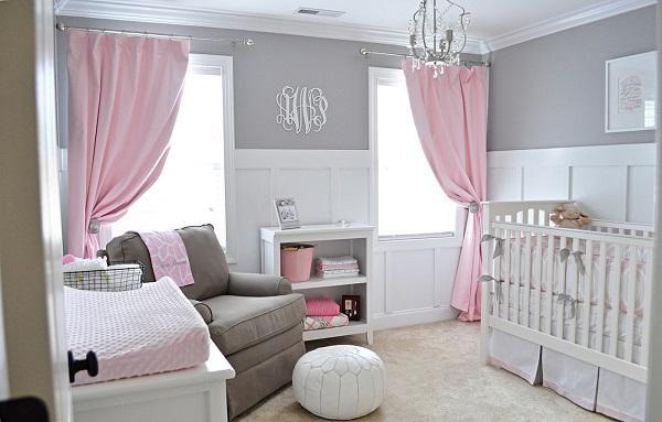 Розовые шторы в сером интерьере