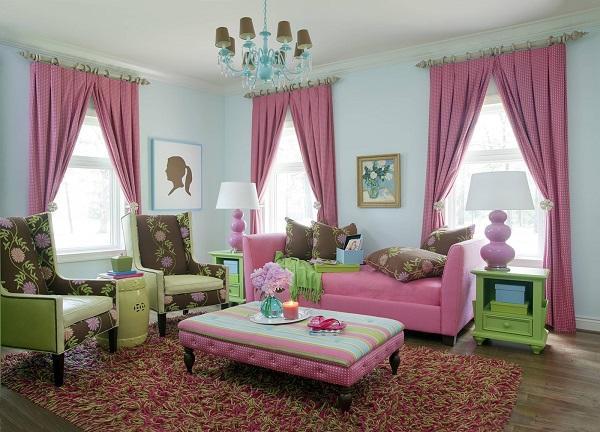 Розовые шторы на окне в гостиной