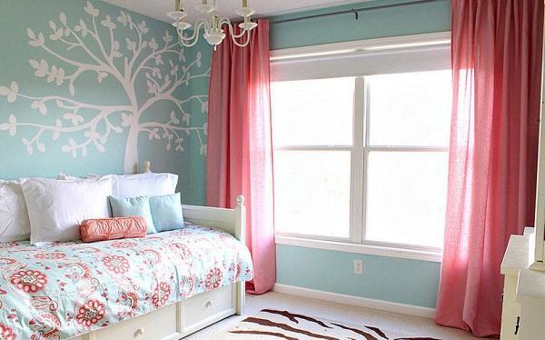 Розовые шторы на окне