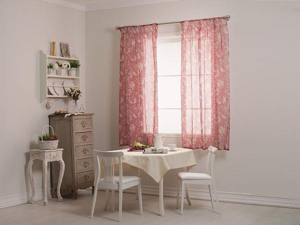 Розовые шторы на кухне