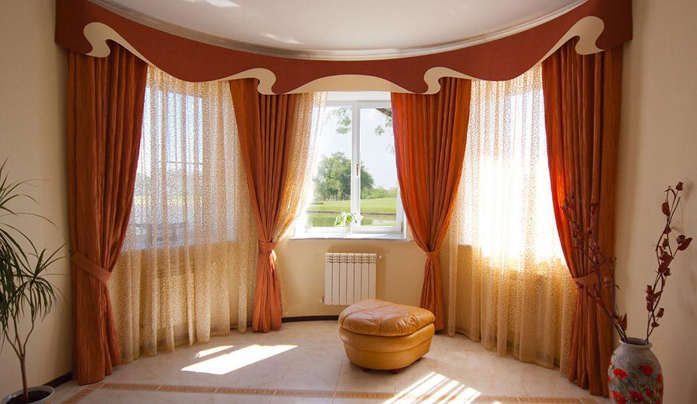 Часто ламбрекены можно увидеть в оформлении спален