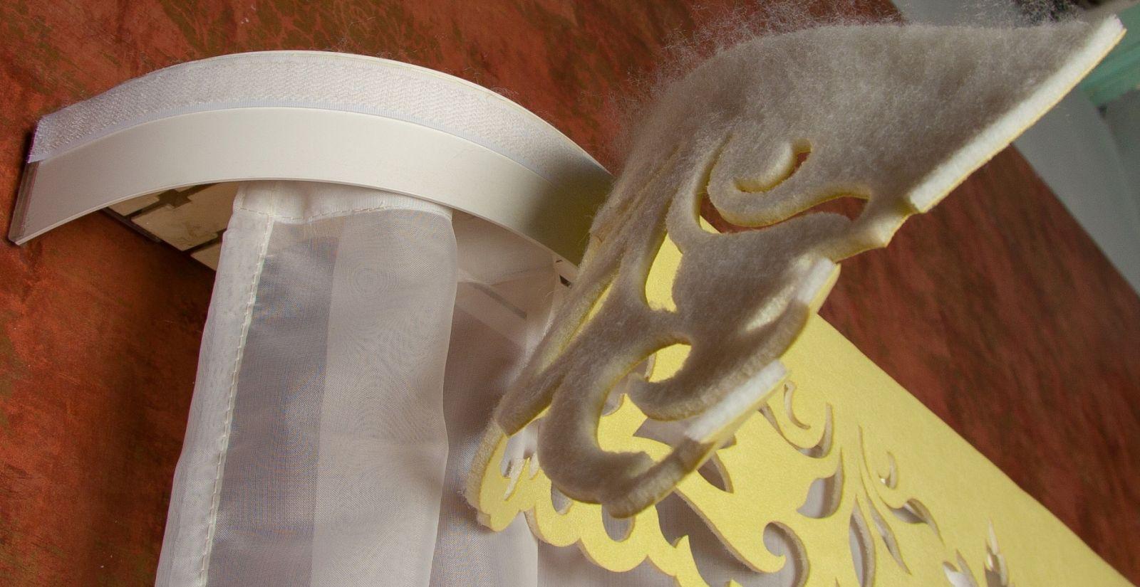 Ажурный ламбрекен крепится на специальную липучку