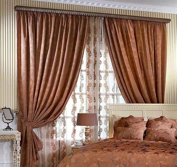 В спальне шторы
