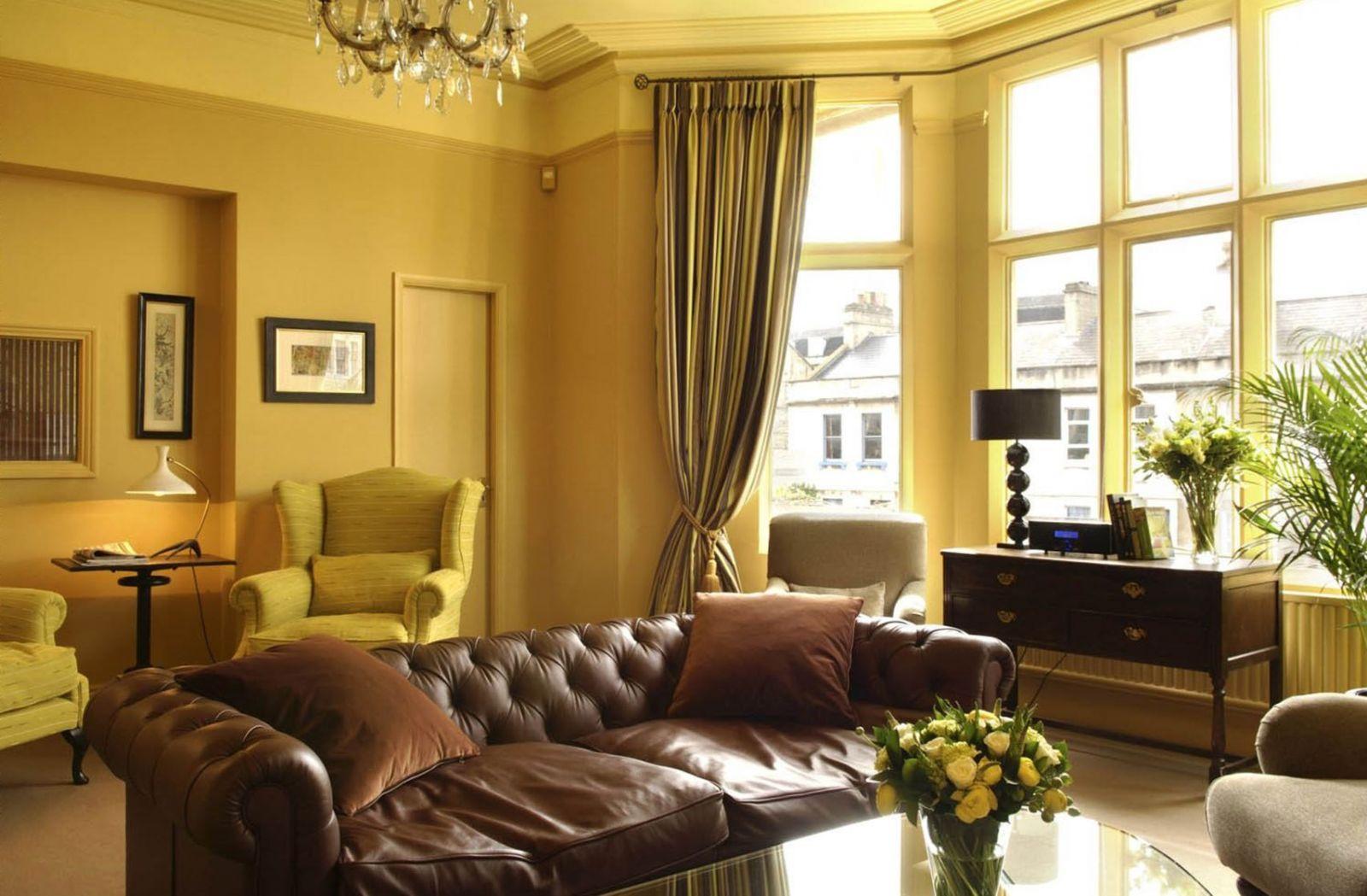 Желтые шторы с коричневой мебелью