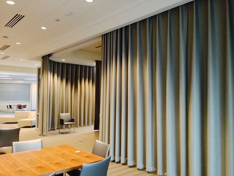 Звукопоглощающие шторы в кафе