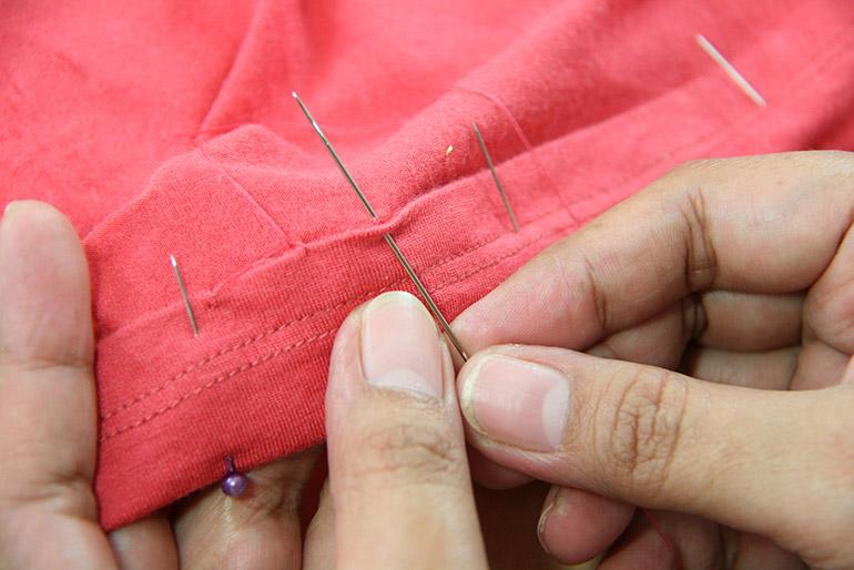 Подгибать ткань